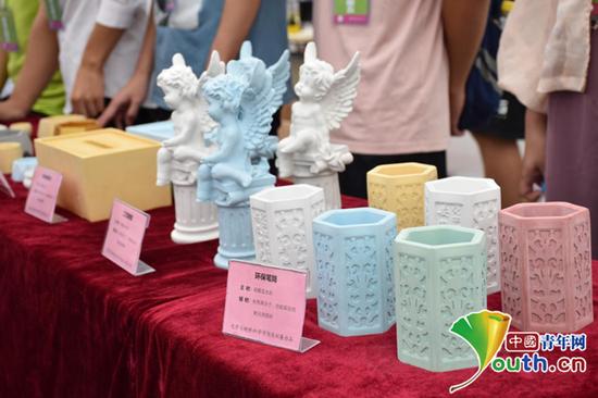 迎新当天,学生自己制作的环保笔筒、工艺雕塑等展示给新生。中国青年网通讯员 蒋宇骏 摄
