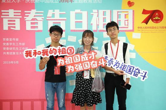 复旦大学青年学生用明信片向祖国告白(王雨薇/摄)