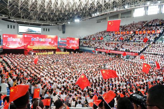 7000余名中国石油大学(华东)师生唱响赞歌(孙萌/摄)
