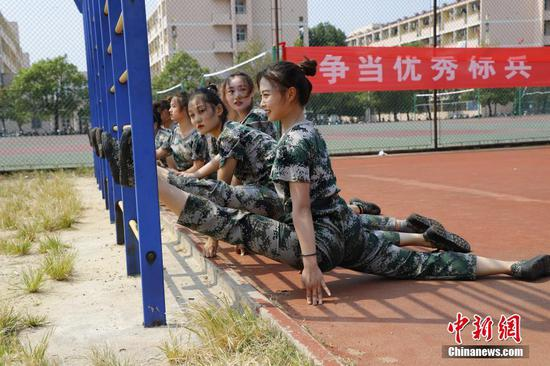 安徽一高校舞蹈生軍訓秀真功 一字馬雙飛燕樣樣有