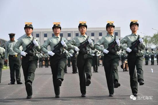 宋煜枫(右一)在阅兵训练场进行正步训练