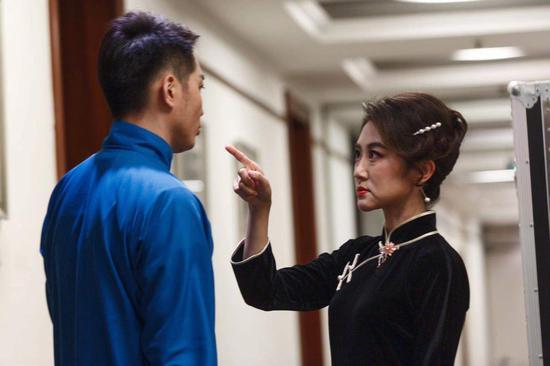 演出开始前,蘩漪饰演者周末正与周萍饰演者马腾跃对戏。新京报记者 李凯祥摄
