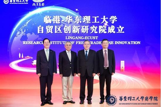 揭牌现场(左起:曲景平、王新奎、崇泉、王春华)