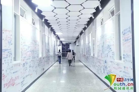 图为四川大学涂鸦墙。中国青年网通讯员 吴宇昆 吕旅 摄