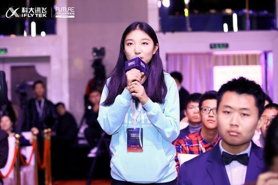 """华大学大一学生潘紫琪在对话""""数学与计算机科学奖""""获得者王小云"""