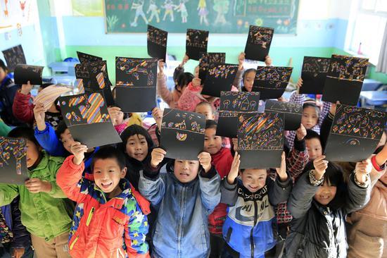 """孩子们在刮画纸上""""画出梦想"""""""