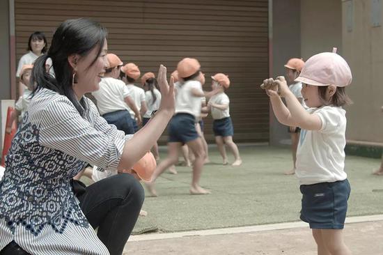 《他乡的童年》总导演、知名记者周轶君在日本探访幼儿5分快乐8官方-极速5分快乐8