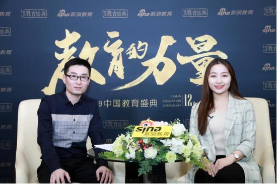 三乐教育创始人、董事长王凯滨(左)