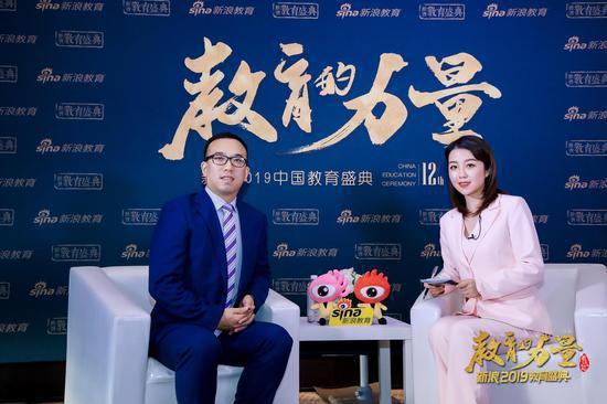 山东科技大学泰山科技学院副院长谢承红(左)