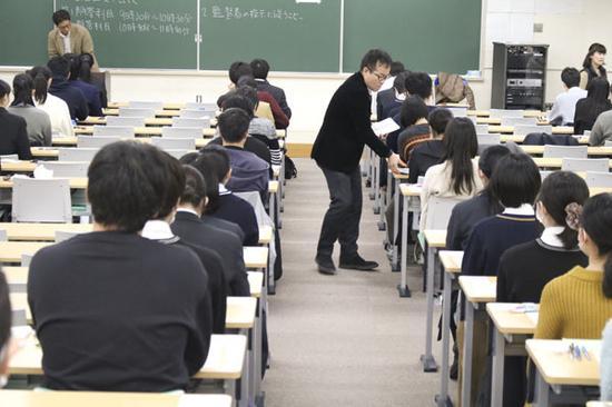 在三重大学考试的学生(伊势新闻)