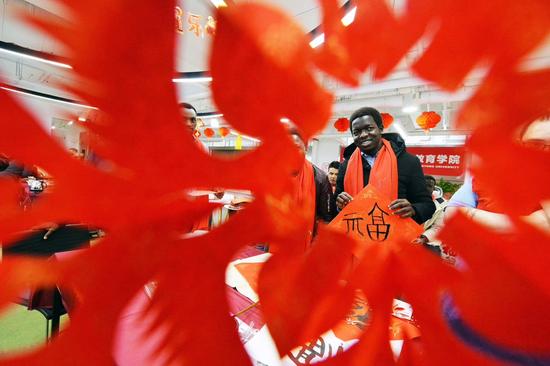 包饺子写福字 留学生感受中国年味