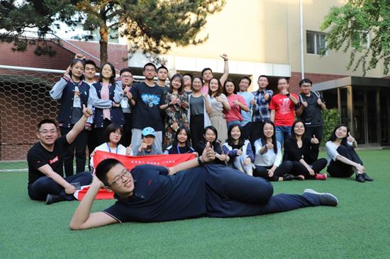 ▲2018年秋,提雅学园创校团队部分成员与学生合影