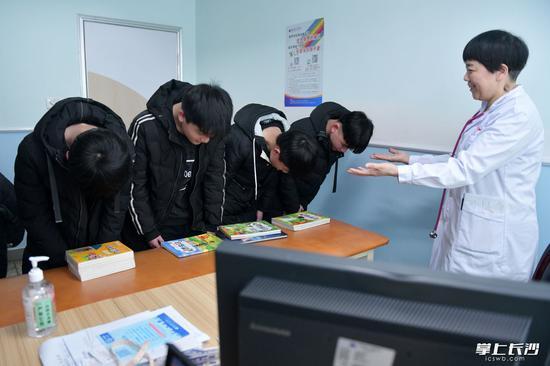 18年前诞生的全国首例全男四胞胎 今年参加高考了