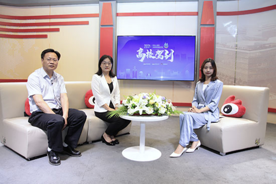 左一:北京聯合大學生物化學工程學院副院長 沈曉平    左二:北京聯合大學教務處副處長、招生辦公室主任 鮑桂蓮