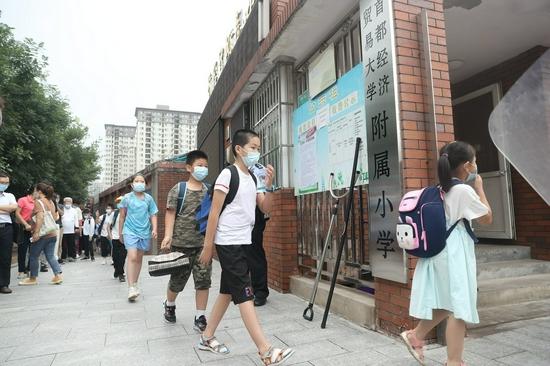 观察昆虫、跳体能操 让北京暑期托管更好玩