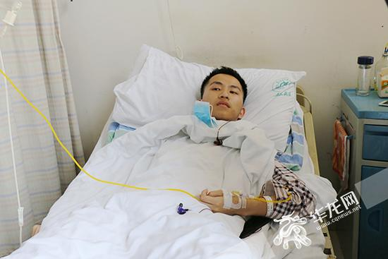 新桥医院血液中心病房,向根正在接受治疗。 记者 刘嵩 摄