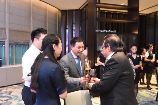 菲律宾总统中国特使威廉·利马邀请徐记海鲜董事长徐国华赴菲