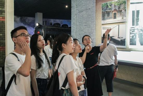 在嘉兴南湖纪念馆,浙江理工大学一暑期社会实践团队成员正聆听讲解员介绍南湖历史。浙江理工大学 何沁桔/摄