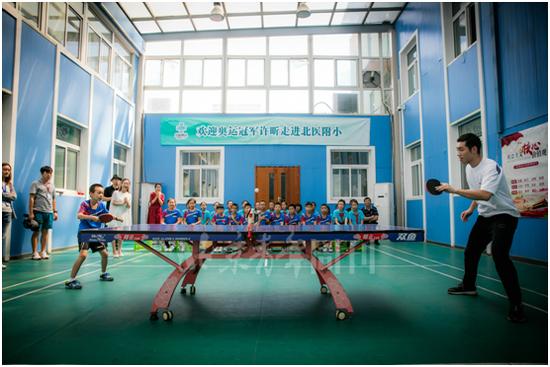 图为乒乓球互动活动中,许昕与学生激战正酣。解飞 摄
