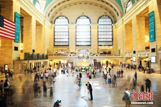 资料图片:当地时间9月6日,一对亚裔新人在纽约中央车站拍摄婚纱照片,引得路人注目。中新社记者 廖攀 摄