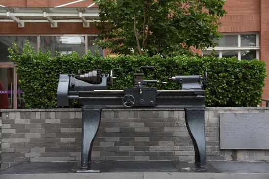 两台百年老车床落户北京交通大学