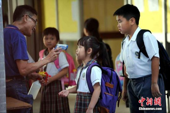 资料图:香港小学生。中新社发 谭达明 摄