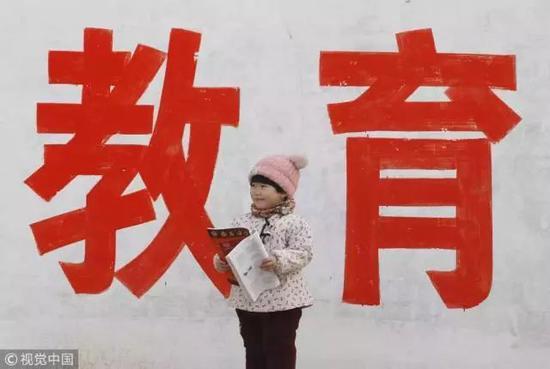 2018年1月1日,河南安阳的一名留守儿童 / 视觉中国