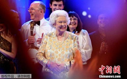 """当地时间4月21日,英女王伊丽莎白二世迎来92岁生日,她出席了一场""""女王生日派对""""特别音乐会,并向观众挥手致意。"""