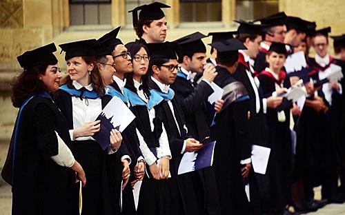 """近年来,英国政府对国际学生态度并不友善。不仅限缩学生签证,试图减少净移民人数,也在2012年取消毕业后可留下一年找工作的""""学成后工作签证""""。图/路透社"""