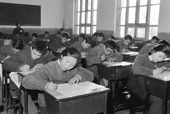 ▲1977年,在北京参加高等学校入学考试的青年正在认真答卷。(新华社发)