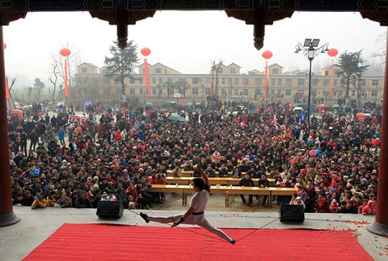 雜技演員在安徽省臨泉縣韋小莊村舞臺表演。圖片由受訪者提供