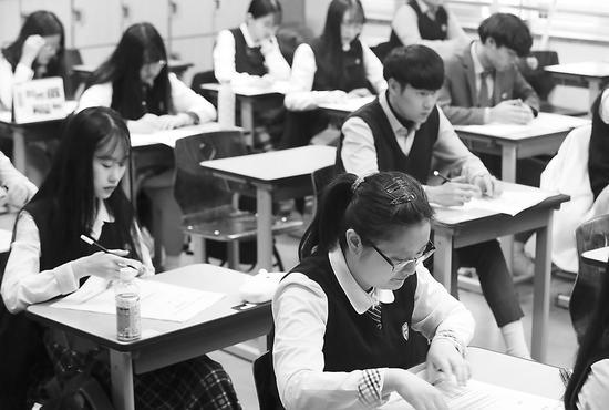 韩国高中生参加大学升学模拟测试。