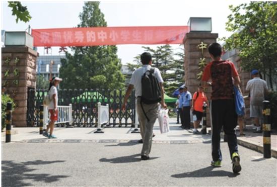 2017年5月20日,家长带着孩子参加中关村中学小升初特长生招生考试。当年,各区招收小升初特长生比例较2016年再降1个百分点。新京报记者 浦峰 摄