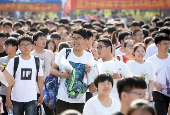 △7日,安徽省亳州市二中考点,考生走进考场。