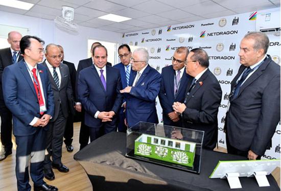 网龙董事长刘德建(前排左一)向埃及总统塞西(前排左三)介绍网龙研发设计的创新产品