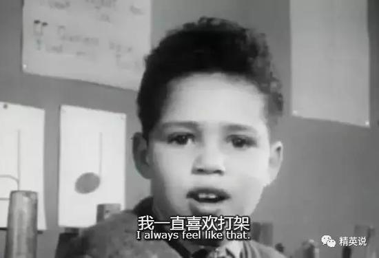 西蒙是片中唯一的少数族裔,父亲是黑人,母亲是白人从小在孤儿院长大