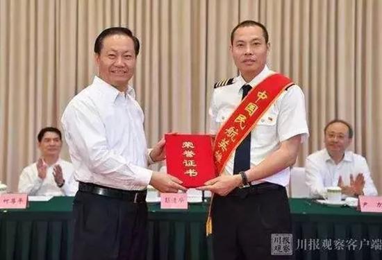 """""""英雄机长""""刘传健已被清华航空管理项目录取"""