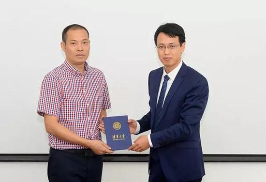 清华经管学院高管教育中心主任云涛为刘传健颁发录取通知书。