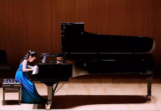 Jessie 在演奏钢琴曲