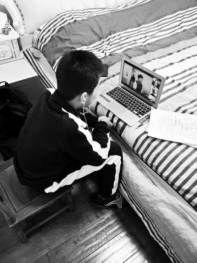 三年级学生阿昭上午在家在线学习。