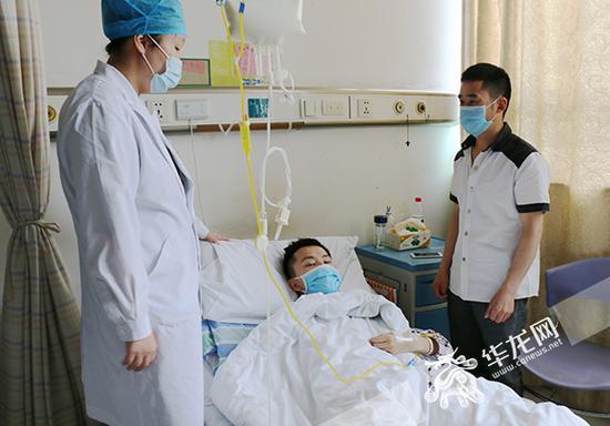 医生刘焕凤(左一)在查房。 记者 刘嵩 摄