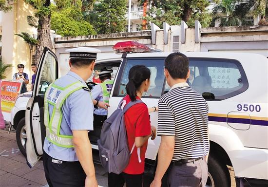 走错考场的考生在警察帮助下赶往考场