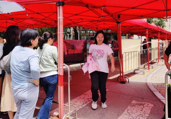"""北京高考今日结束 考生喊着""""解放了""""奔向考点外的父母"""