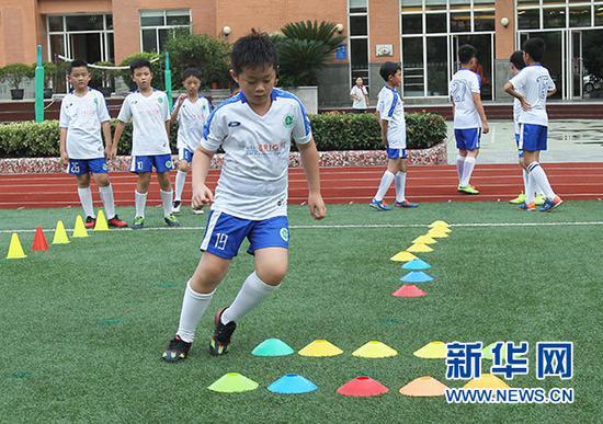 9月3日,上海市天山第一小学的学生放学后参加足球社团活动。