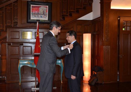 2015年,法国政府授予上海海事大学汤天浩教授骑士勋章。