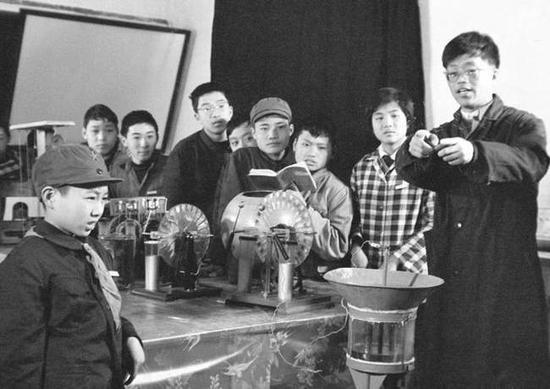 ▲1977年,中国科技大学少年班的学生在上物理实验课。(新华社发)