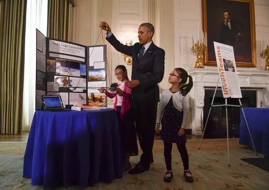 2016白宫科学展上奥巴马操作选手制作的飞行器