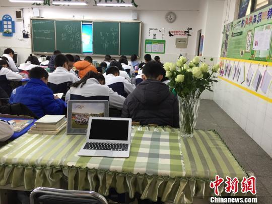 教室后边这张特殊的课桌,就是程倩的办公桌。 杨大勇 摄
