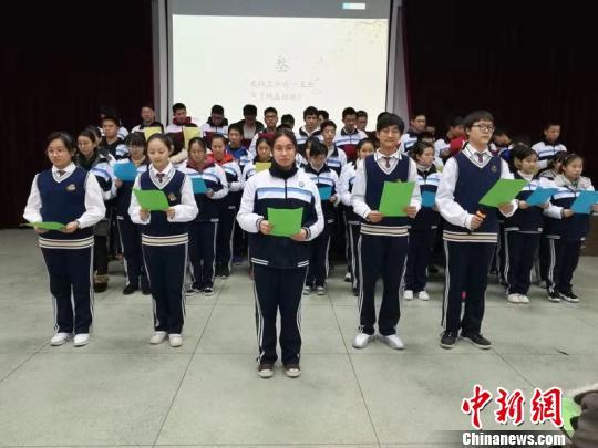 学生们正在朗诵班级赋 刘江华 摄