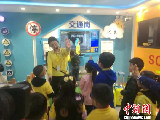 图为郑州志愿者在为学生们讲解交通安全知识。 刘鹏 摄